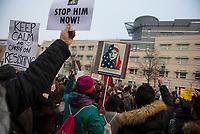 DEU, Deutschland, Germany, Berlin, 04.02.2017: Demonstranten protestieren vor der US-Botschaft gegen die Politik von US-Präsident Donald Trump. Unter dem Motto NO BAN, NO WALL fordern sie den Stopp des Einreiseverbots gegen Menschen aus vorwiegend muslimischen Ländern.