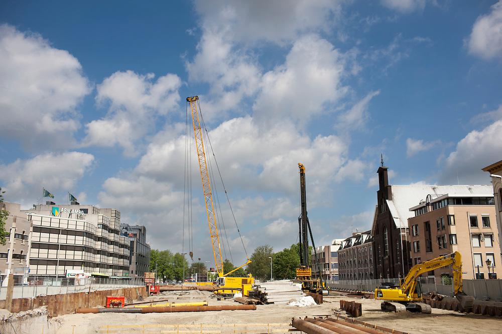 De bouwput bij de Catherijnesingel in Utrecht. Op de plaats waar eerst een weg liep, komt nu weer water.<br /> <br /> Construction area in Utrecht where a new canal will be made.