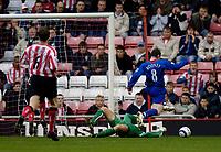 Photo: Jed Wee.<br />Sunderland v Manchester Utd. The Barclays Premiership. 15/10/2005.<br /><br />Manchester United's Wayne Rooney (R) rounds Sunderland goalkeeper Kelvin Davis for the opening goal.