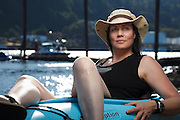 USA, Oregon, Portland, Cathedral Park, woman with her kayak at Cathedral Park. MR