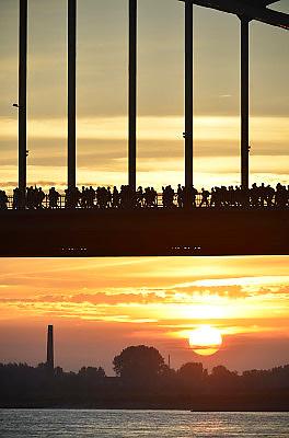 Nederland, Nijmegen, 15-7-2014 Start van de 98e 4 daagse. 43000 deelnemers. Op de Wedren worden de polsbandjes gescand waarna via het centrum en de  waalbrug gelopen wordt naar Bemmel en Elst in de Betuwe en wordt wel de dag van Elst genoemd. De vierdaagse is het grootste wandelevenement ter wereld. The International Four Day Marches Nijmegen, or Vierdaagse, is the largest marching event in the world. It is organized every year in Nijmegen mid-July as a means of promoting walking, sport and exercise. Participants walk 30, 40 or 50 kilometers daily, and on completion, receive a royally approved medal, Vierdaagsekruisje. The participants are mostly civilians, but there are also a few thousand military participants. The maximum number of 45,000 registrations has been reached. More than a hundred countries have been represented in the Marches over the years. FOTO: FLIP FRANSSEN/ HOLLANDSE HOOGTE