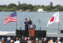 US-Präsident Barack Obama und Japans Premier Shinzo Abe beim Gedenken an die Opfer des japanischen Angriffs auf Pearl Harbor vor 75 Jahren / 271216 <br /> ***Japanese Prime Minister Shinzo Abe (L standing) and U.S. President Barack Obama shake hands at Pearl Harbor in Hawaii on Dec. 27, 2016, after delivering speeches.<br /> ***
