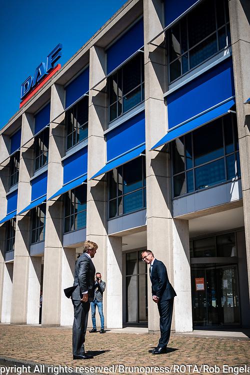 Koning bezoekt maakindustrie regio Eindhoven<br /> <br /> Koning Willem Alexander tijdens een werkbezoek aan DAF Trucks in Eindhoven. Het bezoek staat in het teken van de impact van de coronapandemie op de maakindustrie, en in het bijzonder de automotive industrie.