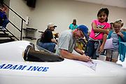 Op dinsdag komen schoolkinderen kijken naar de fietsen tijdens de Show and Shine. In Battle Mountain (Nevada) wordt ieder jaar de World Human Powered Speed Challenge gehouden. Tijdens deze wedstrijd wordt geprobeerd zo hard mogelijk te fietsen op pure menskracht. De deelnemers bestaan zowel uit teams van universiteiten als uit hobbyisten. Met de gestroomlijnde fietsen willen ze laten zien wat mogelijk is met menskracht.<br /> <br /> In Battle Mountain (Nevada) each year the World Human Powered Speed Challenge is held. During this race they try to ride on pure manpower as hard as possible.The participants consist of both teams from universities and from hobbyists. With the sleek bikes they want to show what is possible with human power.