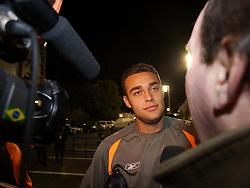 Tokio, JAPAÃÉO - Jogadores chegam para o treino do Inter fechado, onde a imprensa teve apenas 15 minutos de acesso para fazer imagens. FOTO: JEFFE
