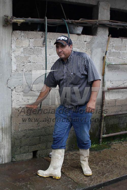 Toluca, México.- Guillermo Legorreta Martínez, alcalde de la capital mexiquense, acudió a San Pablo Autopan y Las palmillas, comunidades afectadas por inundaciones derivadas de una fuerte lluvia que azotó al Valle de Toluca en la madrugada. Agencia MVT / Arturo Hernández S.