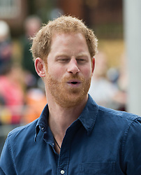 Prinz Harry spielt mit einem Rugbyball beim Besuch des National Ice Centre in Nottingham / 261016<br /> <br /> ***NOTTINGHAM UK 26TH OCTOBER 2016: Prince Harry takes visits the National Ice Centre where he takes part in a game of rugby as part of Nottingham's Coach Core sporting apprenticeships in Nottingham***
