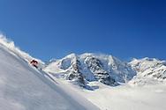 Freeriden im Skigebiet Diavolezza bei Pontresina mit Blick auf Persgletscher und Piz Palü.