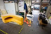 De mallen voor de VeloX 7 liggen in de werkplaats, rechts staat de eerste kap. In Delft wordt de VeloX 7 gebouwd in de D:Dreamhall. In september wil het Human Power Team Delft en Amsterdam, dat bestaat uit studenten van de TU Delft en de VU Amsterdam, tijdens de World Human Powered Speed Challenge in Nevada een poging doen het wereldrecord snelfietsen voor vrouwen te verbreken met de VeloX 7, een gestroomlijnde ligfiets. Het record is met 121,44 km/h sinds 2009 in handen van de Francaise Barbara Buatois. De Canadees Todd Reichert is de snelste man met 144,17 km/h sinds 2016.<br /> <br /> In Delft the Velox 7 is produced. With the VeloX 7, a special recumbent bike, the Human Power Team Delft and Amsterdam, consisting of students of the TU Delft and the VU Amsterdam, also wants to set a new woman's world record cycling in September at the World Human Powered Speed Challenge in Nevada. The current speed record is 121,44 km/h, set in 2009 by Barbara Buatois. The fastest man is Todd Reichert with 144,17 km/h.