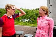 Iris Slappendel en Aniek Rooderkerken overleggen met elkaar. Op een weg op de campus van de TU Delft oefent het team met het rijden in een Velox. In september wil het Human Power Team Delft en Amsterdam, dat bestaat uit studenten van de TU Delft en de VU Amsterdam, tijdens de World Human Powered Speed Challenge in Nevada een poging doen het wereldrecord snelfietsen voor vrouwen te verbreken met de VeloX 7, een gestroomlijnde ligfiets. Het record is met 121,44 km/h sinds 2009 in handen van de Francaise Barbara Buatois. De Canadees Todd Reichert is de snelste man met 144,17 km/h sinds 2016.<br /> <br /> With the VeloX 7, a special recumbent bike, the Human Power Team Delft and Amsterdam, consisting of students of the TU Delft and the VU Amsterdam, also wants to set a new woman's world record cycling in September at the World Human Powered Speed Challenge in Nevada. The current speed record is 121,44 km/h, set in 2009 by Barbara Buatois. The fastest man is Todd Reichert with 144,17 km/h.
