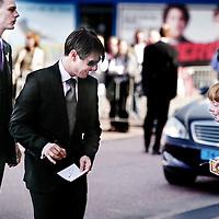 Nederland,Amsterdam ,28 juni 2007..Het is de eerste keer dat de filmster, acteur Tom Cruise voet op Nederlandse bodem zet. Cruise spreekt komende donderdag in de Amsterdamse RAI tijdens de Cinema Expo International over zijn nieuwste film Lions For Lambs. De film is vanaf november te zien in de Nederlandse bioscopen..Op de foto bij aankomst congres evenementenhal de Rai deelt  Tom Cruise handtekeningen uit aan fans.?.Foto:Jean-Pierre Jans