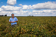 2015/03/05 – Monte Maiz, Argentina: Mauricio Zarate, an agronomist that works on soy plantations walks through a field of the crop.  The soybean is the part of the plant used in many different aliments for human consumption, to feed animals and even to produce bio-fuel. (Eduardo Leal)