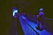 Nederland, Ouwerkerk, 11-9-2019Een bezoeker staat in de grote caison die onderdeel vormt van de permanente expositie in het Watersnoodmuseum. Het museum over de stormvloed, watersnood, overstromingen langs de Zeeuwse kust in 1953, is gevestigd in de caisons die in het laatste gat in de zeedijk werden neergelaten.Foto: Flip Franssen