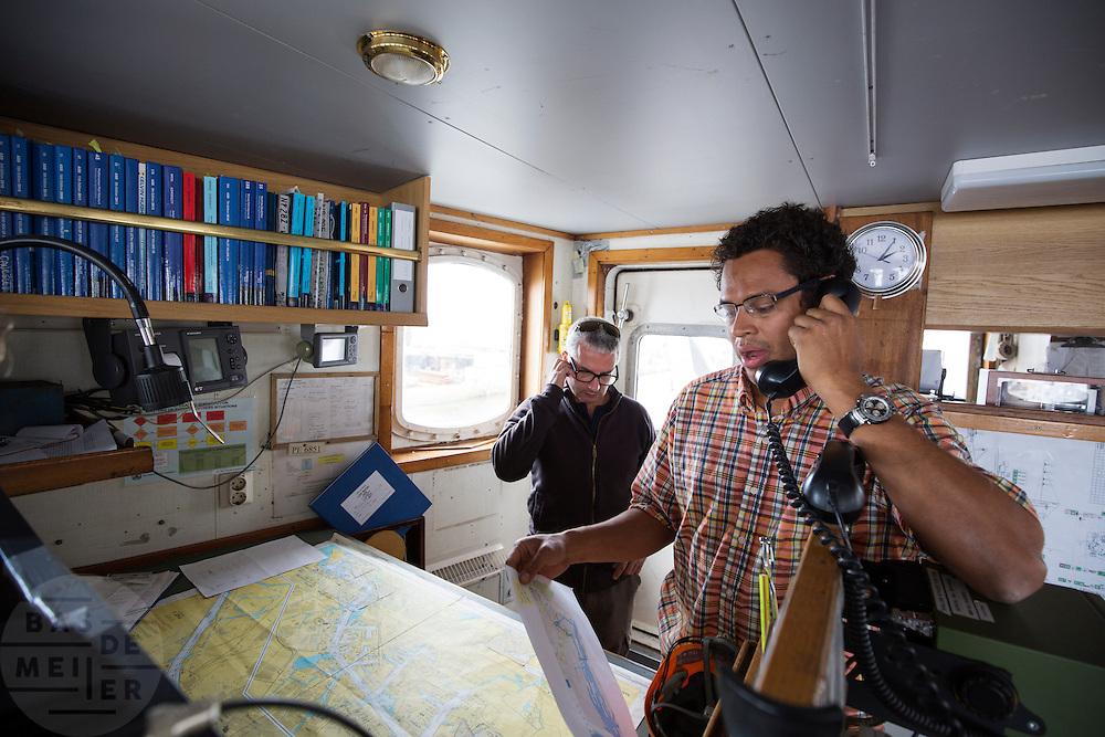 De Arctic Sunrise is klaar om te vertrekken naar Amsterdam. Links kapitein Daniel Rizzotti die de Arctic Sunrise van Moemansk naar Amsterdam vaart. In IJmuiden is de Arctic Sunrise, het schip van milieuorganisatie Greenpeace dat een jaar door Rusland in beslag is genomen, aangekomen. De voormalige ijsbreker wordt in Amsterdam uit het water gehaald en opgeknapt omdat het gehavend is geraakt toen het aan de ankers lag. De boot van de milieuorganisatie is september 2013 door de Russen geënterd en de bemanningsleden vastgezet op verdenking van piraterij. Greenpeace voerde actie bij een boorplatform in de Barentszzee. Als het schip weer is gerepareerd, wil de milieubeweging weer campagnes houden met de Artic Sunrise.<br /> <br /> In IJmuiden, the Arctic Sunrise, the Greenpeace ship that a year ago is seized by Russia, arrived. The former ice breaker is removed from the water in Amsterdam and refurbished since it was damaged when it was up to the anchors. The boat of the environmental organization is boarded in September 2013 by the Russians and the crew put down on suspicion of piracy. Greenpeace campaigned on a drilling platform in the Barents Sea. If the ship is repaired, the environmental movement wants to use the Arctic Sunrise again for campaigning.