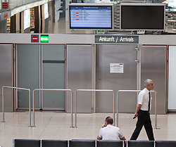 THEMENBILD - Personen vor den Ankunftsmonitor am Flughafen Innsbruck, Österreich, aufgenommen am 09.07.2015 //persons infront of the arrival monitors at Innsbruck Airport, Austria on 2015/07/09. EXPA Pictures © 2015, PhotoCredit: EXPA/ Jakob Gruber
