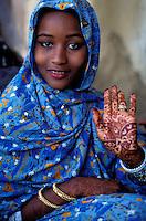 """Pakistan - """"Shiddis """", esclaves de l'empire des Indes - C'est à Mango Pir, mausolée d'un saint soufi du XIII éme siècle, situé à l'extérieur de Karachi que cette communauté noire, tiraillée entre ses racines africaines animistes et son identité musulmane pakistanaise, se retrouve et s'épanouit. Ils campent autour du mausolée dans des abris de fortune - Jeune femme Shiddi aux mains dessinée au henné // Pakistan, Shiddi, the black of Pakistan with African origine"""