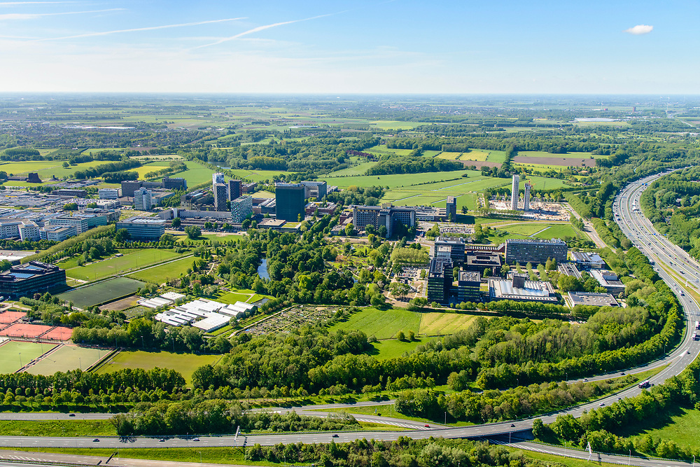 Nederland, Utrecht, Utrecht, 13-05-2019; Knooppunt Rijnsweerd. Kruising A28 en A27, klavertribune. Utrecht Science Park, voorheen De Uithof, linksboven.<br /> Rijnsweerd junction, east of Utrecht<br /> <br /> luchtfoto (toeslag op standard tarieven);<br /> aerial photo (additional fee required);<br /> copyright foto/photo Siebe Swart