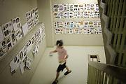 Onagawa  - Heure du repas - Centre de réfugiés Undôjô sôgô taikukan - Juin 2011<br /> Au rez-de-chaussée du centre,  Emiko HAYAKI restaure des photographies. Elle travaille pour la mairie et nettoie une partie des nombreux stocks encore disponibles dans les locaux du stade. Les photographies sont ensuite affichées sur les murs des trois niveaux du centre.