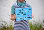 Nederland, Appeltern, 1-7-2017Kinderen uit dit dorp aan de Maas hebben een kunstwerk gemaakt als protest en waarschuwing tegen de plastic soep in de oceaan. De vis van afvalhout is gevuld met gevonden en verzameld afval, plastic, afvalplastic en ze hebben een tekening op hout gemaakt die ertegen bevestigd zijn.