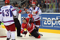 12.05.2011, Orange Arena, Bratislava, SVK, IIHF 2011 World Championship, Canada vs Russia, im Bild ZINOVIEV SERGEI ATTACKS TAVARES JOHN. EXPA Pictures © 2011, PhotoCredit: EXPA/ EXPA/ Newspix/ .Tadeusz Bacal +++++ ATTENTION - FOR AUSTRIA/(AUT), SLOVENIA/(SLO), SERBIA/(SRB), CROATIA/(CRO), SWISS/(SUI) and SWEDEN/(SWE) CLIENT ONLY +++++