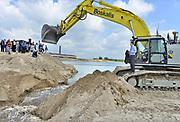 Nederland, Kekerdom, 31-5-2017 Staatssecretaris Martijn van Dam van economische zaken haalde vandaag het laatste zand weg tussen de rivier de Waal en een nieuwe geul in natuurgebied de Millingerwaard. Het gewonnen zand is verkocht als grondstof. In het kader van ruimte voor de rivier is dit project daarmee klaar. Foto: Flip Franssen