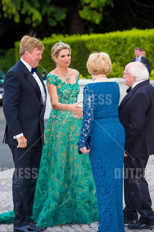 Koning Willem-Alexander en koningin Maxima met president Michael Higgins en zijn vrouw Sabina tijdens het Staatsbanket in het Presidentieel Paleis Aras an Uachtarain in Dublin, op dag 1 van het 3-daags staatsbezoek van het Nederlands Koningspaar aan Ierland.