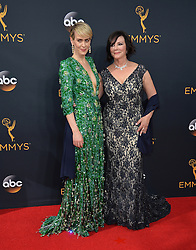Sarah Paulson & Marcia Clark bei der Verleihung der 68. Primetime Emmy Awards in Los Angeles / 180916<br /> <br /> *** 68th Primetime Emmy Awards in Los Angeles, California on September 18th, 2016***