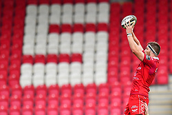 Steven Cummins of Scarlets claims the lineout<br /> <br /> Photographer Craig Thomas/Replay Images<br /> <br /> Guinness PRO14 Round 3 - Scarlets v Benetton Treviso - Saturday 15th September 2018 - Parc Y Scarlets - Llanelli<br /> <br /> World Copyright © Replay Images . All rights reserved. info@replayimages.co.uk - http://replayimages.co.uk