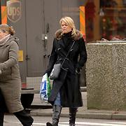 NLD/Bussum/20060104 - Bartina Koeman winkelend in Bussum met een Chanel tas, lange jas, laarzen, koud, tasje, zebrapad
