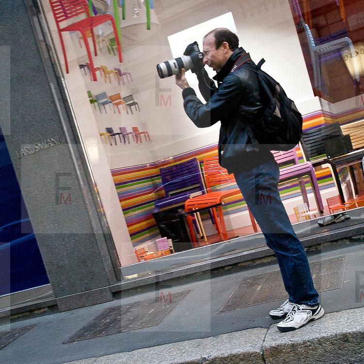 Il FuoriSalone 2010 nelle vie di centrali Milano, Via Montenapoleone..Ilary Blasi paparazzata in via Sant'Andrea nel negozio di Chanel durante il FuoriSalone a Milano