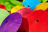 Thailande, Chaing Mai, fabrication d ombrelles a Bor Sang // Thailand, Chiang Mai, umbrella at Borsang Handicraft Village