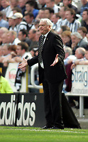 Photo. Andrew Unwin.<br /> Newcastle United v Chelsea, FA Barclaycard Premier League, St James Park, Newcastle upon Tyne 25/04/2004.<br /> Newcastle's manager, Sir Bobby Robson, asks questions of his team.