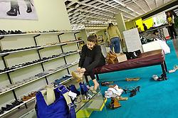Consumidora na loja da Arezzo, loja de sapatos em Novo Hamburgo, no Vale dos Sinos, também conhecido como o pólo coureiro calçadista no Rio Grande do Sul. FOTO: Jefferson Bernardes/Preview.com