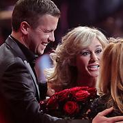 NLD/Hilversum/20120120 - Finale the Voice of Holland 2012, afscheid van Angela Groothuizen met een grote bos rozen door Wendy van Dijk en Winston Gerstanowitz