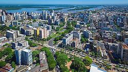 Avenida Osvaldo Aranha é uma importante avenida da cidade de Porto Alegre, que conta com imponentes palmeiras imperiais na sua extensão. Começa na Praça Argentina e termina na Rua Ramiro Barcelos, no bairro Bom Fim, contornando, pelo lado norte, o quarteirão da Universidade Federal do Rio Grande do Sul e o Parque Farroupilha. FOTO: Jefferson Bernardes/ Agência Preview
