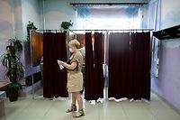 Bransk, woj. podlaskie. 28.06.2020. Wybory prezydenckie 2020. N/z OKW w gminnym osrodku kultury; glosowanie fot Michal Kosc / AGENCJA WSCHOD