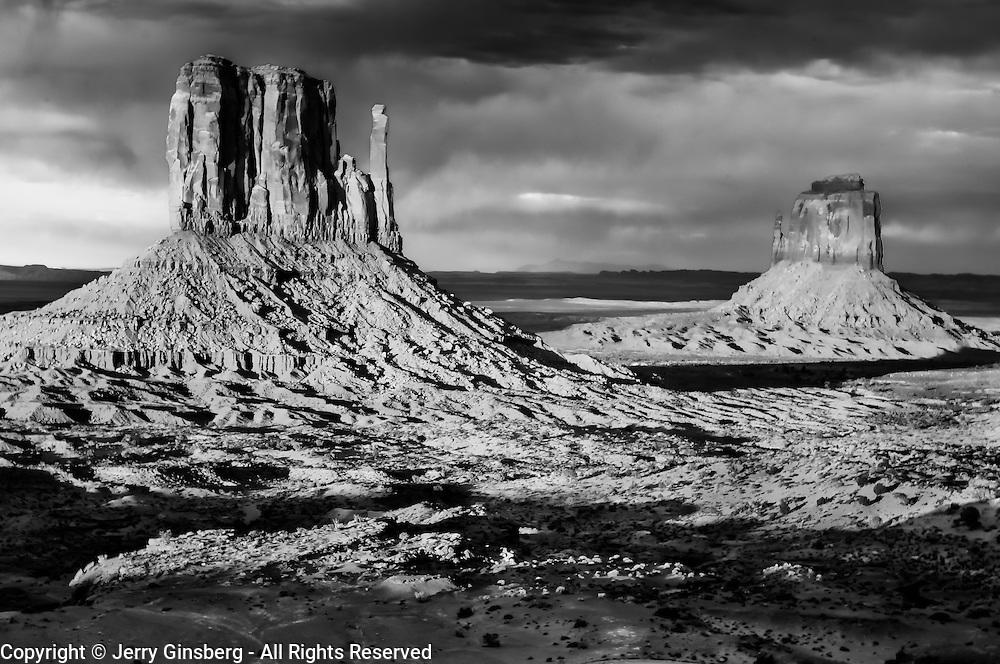 USA, West, Southwest, AZ, UT, Utah, Arizona, Navajo Reservation, Navajo Nation, Monument Valley, Mittens, The famous red rock Mittens in Monument Valley Tribal Park of the Navajo Nation, AZ.
