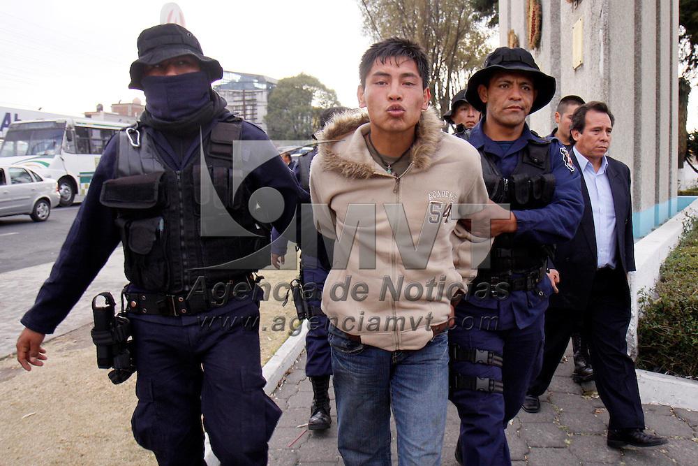 Toluca, Mex.-  La policía municipal de Toluca detuvo a Oscar Estebes Juárez de 23 años de edad por haber asaltado a una persona saliendo de un banco en las calles de Hidalgo y Juárez, al momento de su detención se le encontraron 50 mil pesos, los cuales habían sido hurtados minutos antes. Agencia MVT / Crisanta Espinosa. (DIGITAL)<br /> <br /> NO ARCHIVAR - NO ARCHIVE