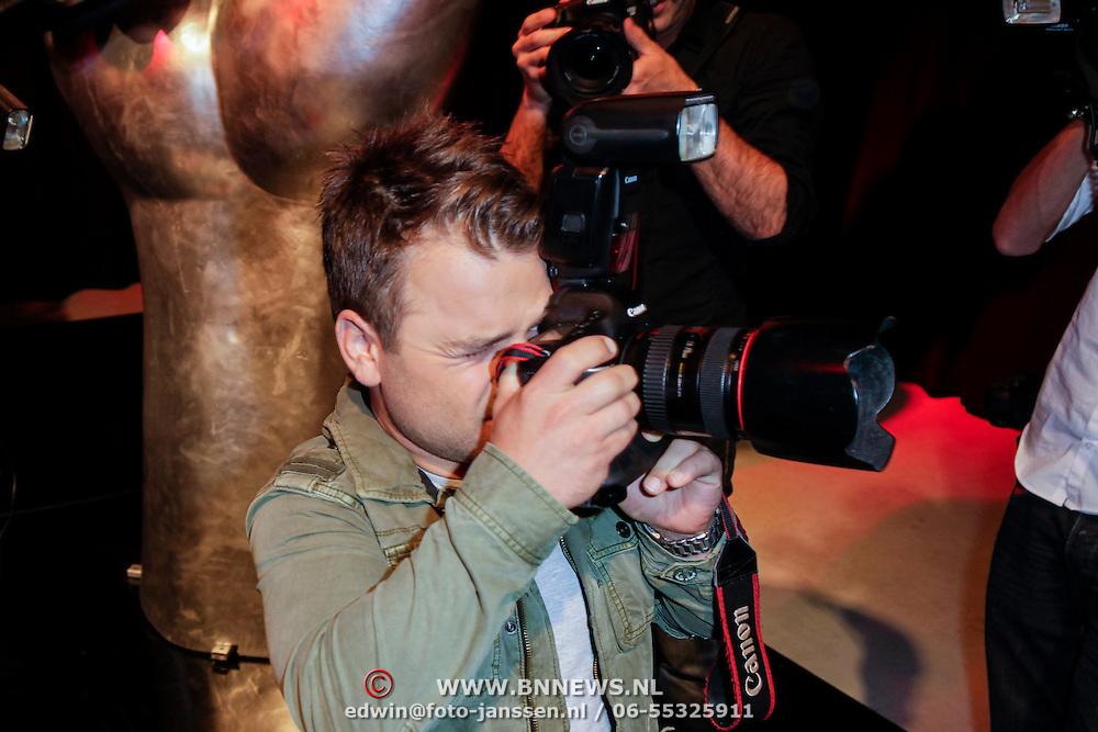 NLD/Hilversum/20120821 - Perspresentatie 3de seizoen The Voice of Holland 2012 / 2013, Roel van Velzen met fotocamera