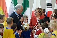 06 JUL 2006, BERLIN/GERMANY:<br /> Franz Beckenbauer (L), Praesident des OK der Fussball WM 2006, Angela Merkel (R), CDU, Bundeskanzlerin, und Kinder aus berliner Fussballvereinen, waehrend der uebergabe des Endspiellballs der Fussball Weltmeisterschaft an Angela Merkel, Bundeskanzleramt <br /> IMAGE: 20060706-01-029<br /> KEYWORDS: FIFA WM, Fußball