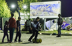 03.10.2015, Grenzübergang, Salzburg - Freilassing, GER, Flüchtlingskrise in der EU, im Bild Flüchtlinge warten auf den Grenzübertritt nach Deutschland // Refugees waiting to cross the border to Germany. Europe is dealing with its greatest influx of migrants and asylum seekers since World War II as immigrants fleeing war and poverty in the Middle East, Afghanistan and Africa try to reach Germany and other Western European countries, German - Austrian Border, Salzburg on 2015/10/03. EXPA Pictures © 2015, PhotoCredit: EXPA/ JFK