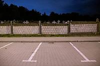 Bialystok, 31.10.2020. Decyzja rzadu zostaly zamkniete - w zwiazku z gwaltownym wzorstem zakazen COVID-19 - na trzy dni wszystkie cmentarze w kraju N/z zamkniety najwiekszy w Bialymstoku Cmentarz Farny w godzinach wieczornych; calkowicie pusty parking przed cmentarzem fot Michal Kosc / AGENCJA WSCHOD