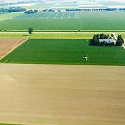 NLD/Almere/20150822 - Vlucht boven akkerbouw in Almere, boer bespuit zijn gewassen