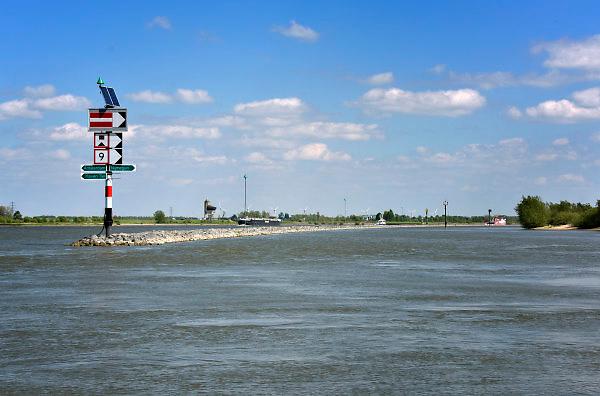 Nederland, Tiel, 2-5-2018In de Waal tussen Tiel en Gorinchem zijn kribben in de rivier verlaagd of weggehaald en vervangen door een strook stenen, langsdammen, in de lengterichting van de stroming om zo de waterafvoer bij hoogwater te verbeteren . Het project Kribverlaging Waal is een van de maatregelen van het landelijke hoogwaterveiligheidsprogramma Ruimte voor de Rivier.Foto: Flip Franssen
