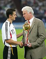 Fotball<br /> Tyskland v Sverige<br /> Foto: Witters/Digitalsport<br /> NORWAY ONLY<br /> <br /> 16.08.2006<br /> v.l. Miroslav Klose, Kicker-Chefredakteur Rainer Holzschuh Ehrung Fussballer des Jahres<br /> Fussball Laenderspiel Deutschland - Schweden 3:0