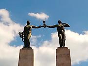 Monumento a Belisario Porras / Plaza Porras, Ciudad de Panamá.<br /> <br /> Estatuas de mujer / democracia y libertad.<br /> <br /> Obra del escultor Victorio Macho.<br /> <br /> Edición de 10 | Víctor Santamaría.