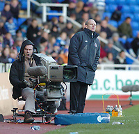 Fotball<br /> England 2004/2005<br /> Foto: SBI/Digitalsport<br /> NORWAY ONLY<br /> <br /> Reading v Watford <br /> Coca Cola Championship. 26/12/2004<br /> <br /> Reading manager Steve Copell gets a better look past the TV-camera.