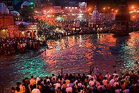 18/Agosto/2005 India. Haridwar.<br /> Celebración del Aarti, ceremonia religiosa hinduista que se produce a diario al amanecer y al atardecer a orillas del río Ganges<br /> <br /> ©JOAN COSTA