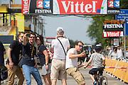 Publiek poseert voor een selfie bij de finishlijn van de eerste etappe. In Utrecht worden de laatste voorbereidingen getroffen voor de Grand Depart. Op 4 juli start de Tour de France in Utrecht met een tijdrit. De dag daarna vertrekken de wielrenners vanuit de Domstad richting Zeeland. Het is voor het eerst dat de Tour in Utrecht start.<br /> <br /> In Utrecht the last arrangements are made for the Grand Depart . On July 4 the Tour de France starts in Utrecht with a time trial. The next day the riders depart from the cathedral city direction Zealand. It is the first time that the Tour starts in Utrecht.