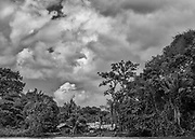 Maroni, Guyane, 2015.<br /> <br /> Campou Aluku dans la région de Papaïchton. Les rives du Maroni sont une mémoire des temps de marronnage. Ses habitants descendents d'esclaves africains échappés des plantations de la colonie hollandaise du Suriname à la fin du XVIIIe. Les Noirs marrons trouvent refuge dans la forêt où ils fondent des sociétés libres en marge du système colonial, mélange de leur héritage africain, du temps passé en esclavage et des contacts avec les amérindiens. Aujourd'hui, leurs descendants Boni habitent toujours ici. <br /> <br /> Pas de route, la pirogue est le seul moyen d'accès à leurs villages. Les Ndjuka sont basés à proximité de Grand-Santi, les Aluku dans la région de Papaïchton. Vivant initialement de cueillette, de chasse et de pêche, ils se tournent maintenant vers l'économie marchande et la modernité. Les Boni sont devenus les piroguiers du Maroni et contrôlent toute l'activité de transport du fleuve, certains ont des activités d'entrepreneur dans l'orpaillage. <br /> <br /> Si beaucoup ont traversé la frontière pendant la guerre civile du Suriname dans les années 1980, depuis des générations, les clans et familles bushinengués se sont établis de part et d'autre du fleuve, coeur du pays Boni.